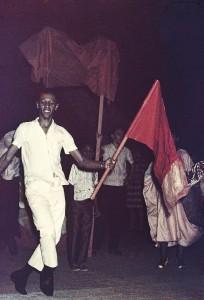 Porta Estandarte de Hélio Oiticica com passista da mangueira, 1965. Arquivo Projeto HO